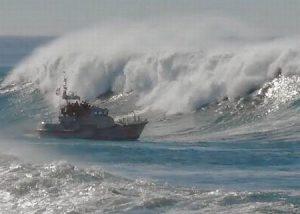 barcos navegando en olas gigantes